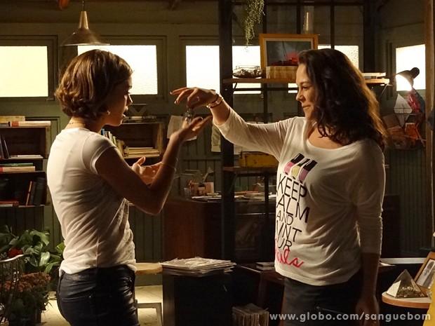 Socorro entrega as chaves do bufê de Wilson para Amora (Foto: Sangue Bom/TV Globo)