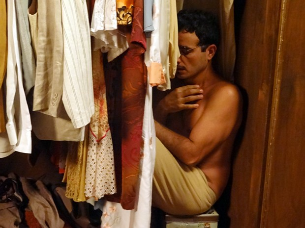 Josué precisa se esconder de Coronel Coriolado dentro do armário! (Foto: Gabriela /  TV Globo)