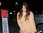 Kim Kardashian, mãe de dois, usa vestido curto e exibe boa forma