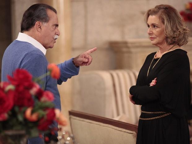 Charlô não se curva diante das ameaças de Otávio (Foto: Guerra dos Sexos / TV Globo)