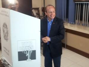 Candidato Adão Villaverde (PT) votou no colégio La Salle/Pão dos Pobres nesta manhã (Foto: Mauricio Gonçalves/ RBS TV)