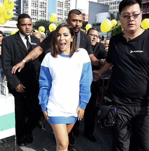 Anitta chegou de pernas de fora e cercada de seguranças             (Foto: Brazil News / Manuela Scarpa)