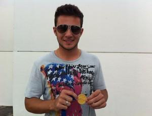 Giovanni, meia do Corinthians, com a medalha de campeão mundial (Foto: Natália de Oliveira/Globoesporte.com)