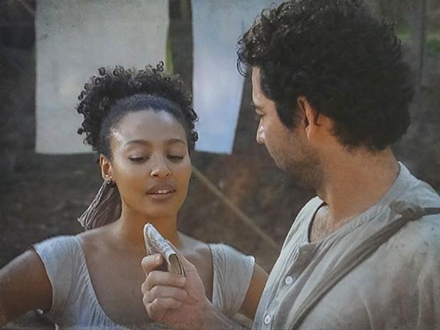 Suzano oferece dinheiro para Berenice em troca de informações (Foto: Lado a Lado / TV Globo)