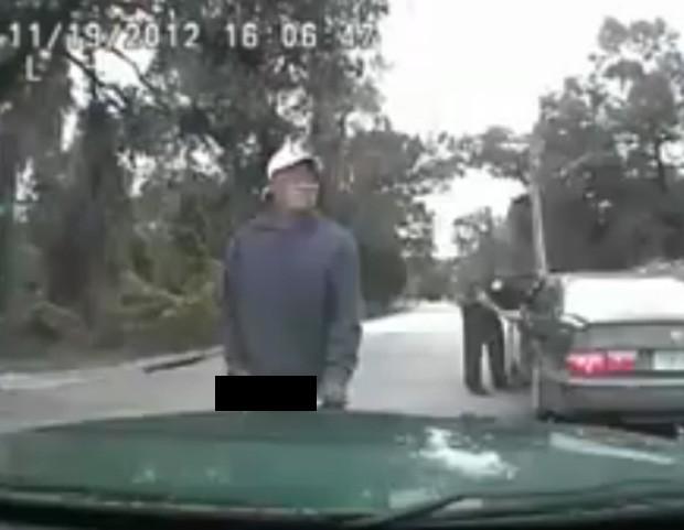 Americano urinou em frente ao carro de polícia, pouco antes de ser liberado (Foto: Reprodução)