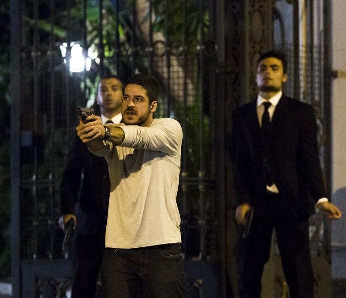 Dante atira em direção aos criminosos (Foto: Ellen Soares/ Gshow)