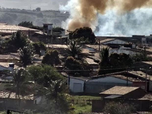 Incêndio aconteceu na região do Alto de São Sebastião, no centro de Nova Cruz (Foto: Duda Xuá)