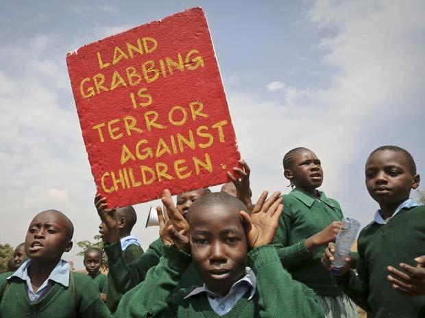 Playground de escola no Quênia é reivindicado por alunos; local teria sido retirado a mando de político, segundo ativista (Foto: AP Photo/Brian Inganga)