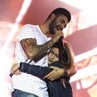Gusttavo Lima abraça fã no palco  (Mateus Rigola/G1)