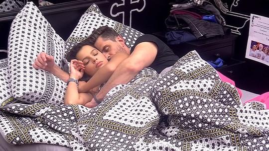 Emilly e Marcos ficam abraçados na cama, sonolentos
