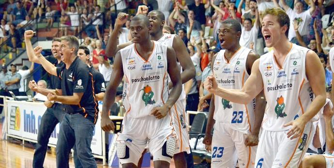 Jogadores do Bauru comemoram vitória sobre Franca, pelo NBB (Foto: Caio Casagrande / Bauru Basket)