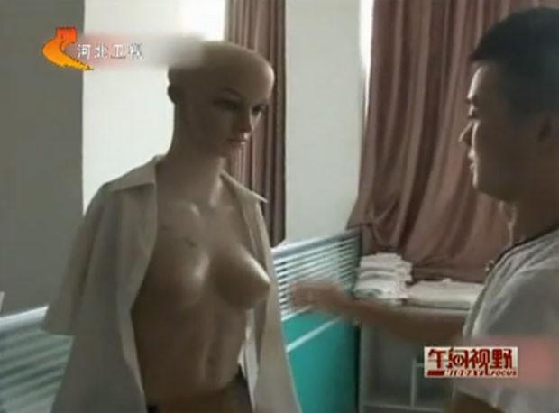 Yang Jun durante treinamento com manequim (Foto: Reprodução/Youku)