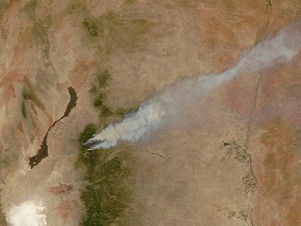 A Nasa (agência espacial norte-americana) fotografou do espaço um feixe de fumaça na região de Fort Collins, no Colorado. A região foi atingida por incêndio neste domingo (10).  (Foto: Reuters/Nasa)