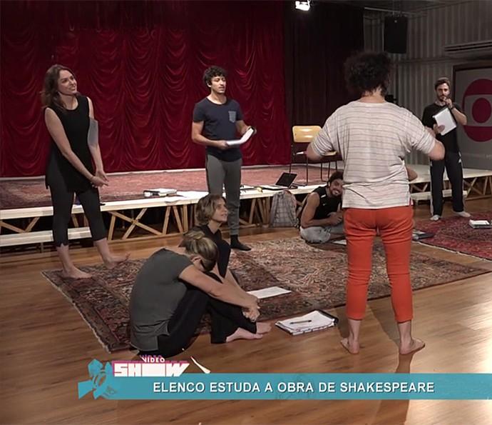 Monica Iozzi assiste à aula com especialista em Shakespeare (Foto: Vídeo Show / Gshow)