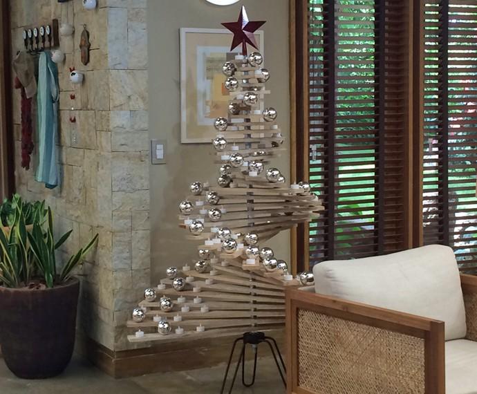 Árvore de Natal de madeira do É de Casa (Foto: Larissa Moggi / Gshow)