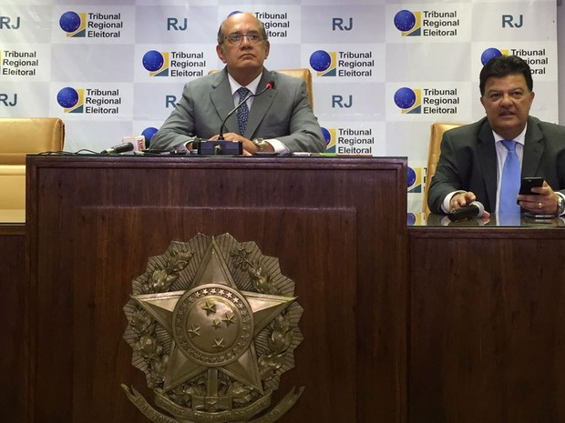 Ministro Gilmar Mendes acompanha votação paralela no TRE-RJ (Foto: Daniel Silveira / G1 Rio)