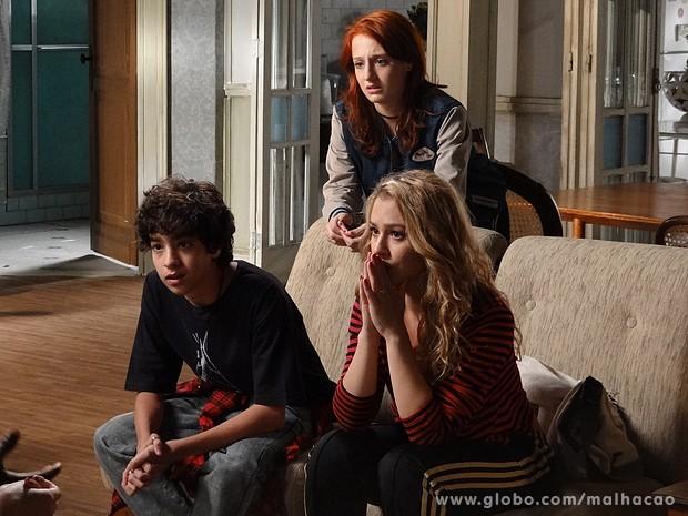 Giovana e Guilherme pedem ajuda para encontrar Clara (Foto: Malhação / TV Globo)