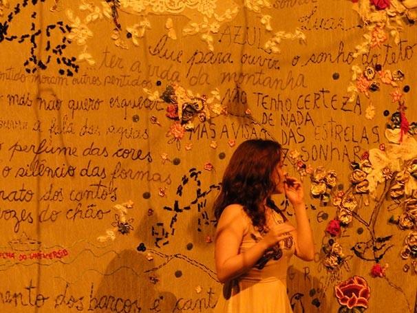 Após a peça, o público pode percorrer a instalação no palco e ver o painel com as cartas (Foto: Divulgação)