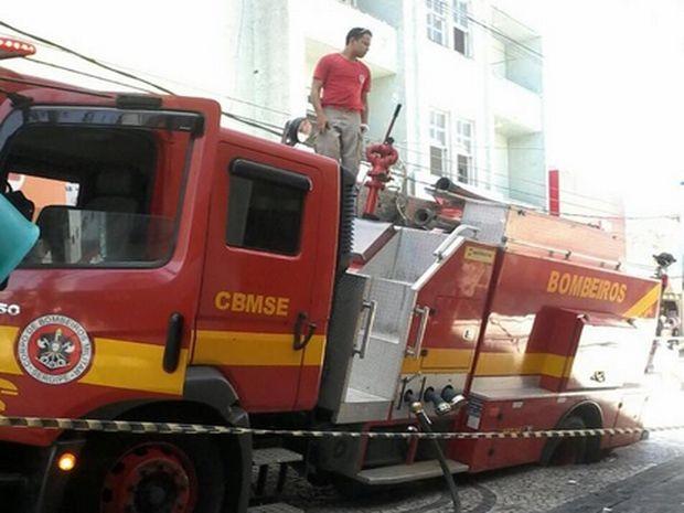 Carro fica preso em burraco (Foto: Raimunda Gabriel )