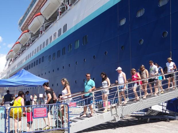 Turistas desembarcam no porto e seguem para passeios na cidade (Foto: Natália Souza/G1)