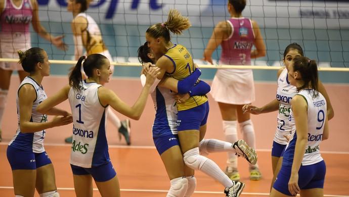 Time do Rio de Janeiro comemora ponto contra Osasco, pelas semifinais da Superliga de vôlei (Foto: André Durão)