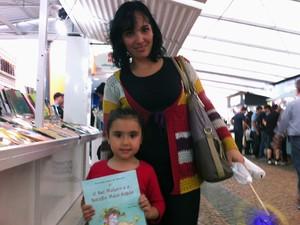 Letícia e Clara visitaram a Feira do Livro nesta terça-feira (Foto: Caetanno Freitas/G1)