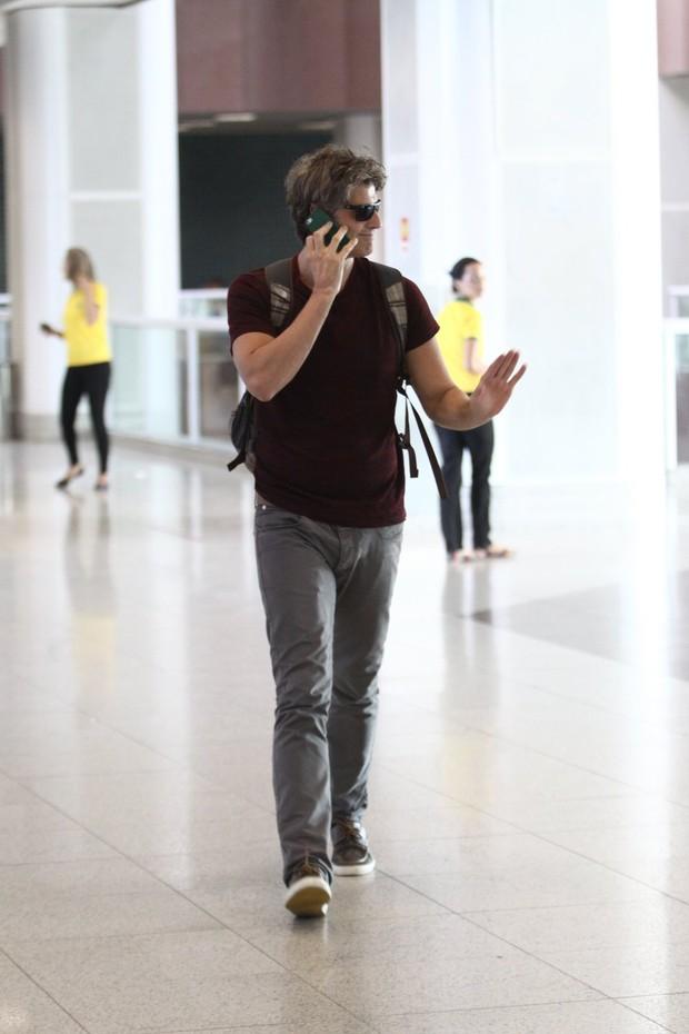 Reynaldo Gianecchini no aeroporto (Foto: Wagner Santos / Foto Rio News)