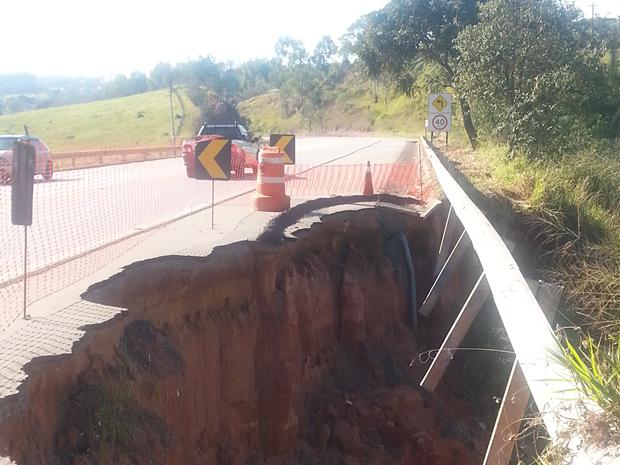 bebf17d201249 Moradora afirma que cratera está no local há mais de oito meses (Foto  TEM