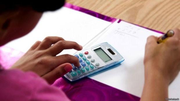 Educadores e empresários discutem que aptidões a criança precisa desenvolver na era das calculadoras e do smartphone (Foto: BBC)