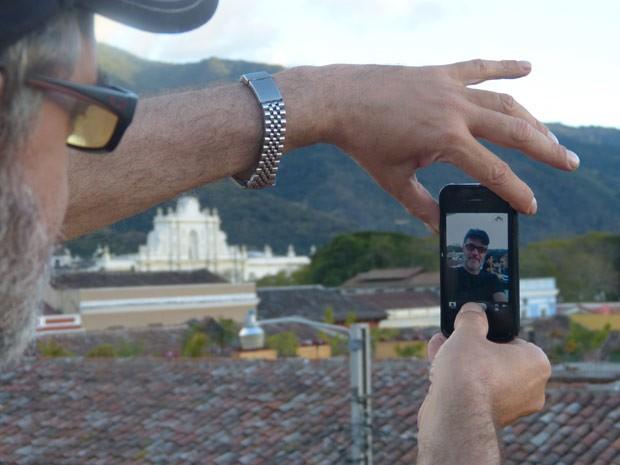 Jean Pierre Noher também fez questão de tirar uma foto de frente para o vulcão (Foto: Flor do Caribe/ TV Globo)