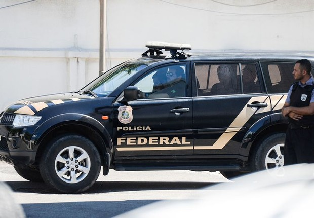 Carro com agentes da Polícia Federal escoltando o empresário Eike Batista chega ao presídio Aery Franco, no Rio (Foto: Tânia Rêgo/Agência Brasil)