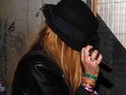 Cadê?! Lindsay Lohan esconde o rosto em boate de São Paulo
