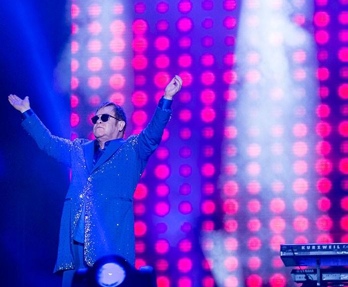 Elton John cumprimenta a plateia no meio do show (Foto: Inácio Moraes/Gshow)