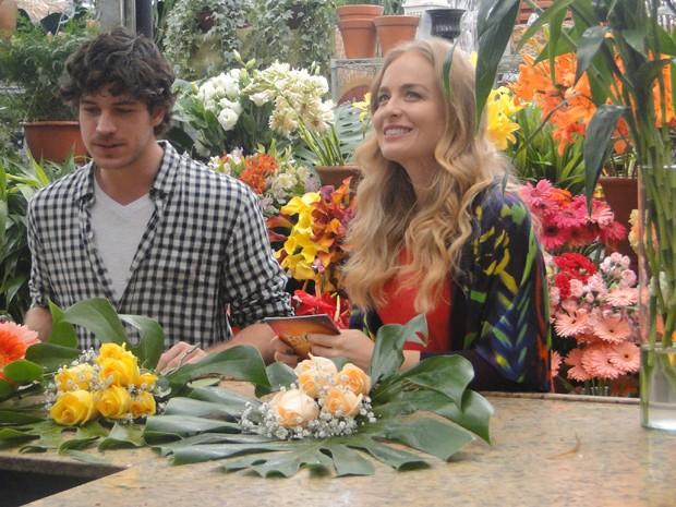 Apresentadora faz brincadeira com ator (Foto: Estrelas/TV Globo)