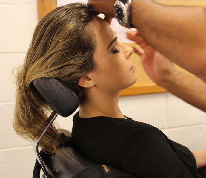 Fazendo a maquiagem para entrar em cena (Foto: Thaís Meinicke/Gshow)