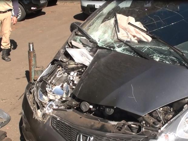 Carro teve o lado direito interior e exterior quebrado  (Foto: Luã Viegas/ EPTV)