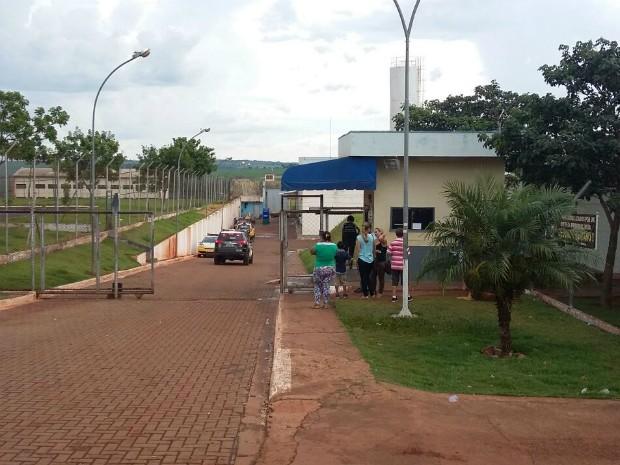 Polícia Militar negocia com os presos para tentar colocar fim à rebelião na Casa de Custódia de Maringá (Foto: Bruno Fávaro/RPC Maringá)