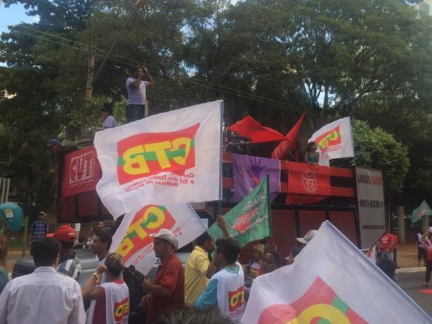 Grupo faz ato a favor da presidente afastada Dilma Rousseff, em Goiânia, Goiás (Foto: Vanessa Martins/G1)