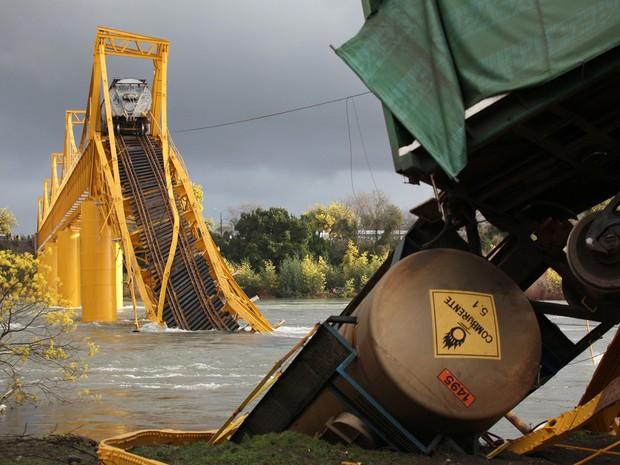 Parte de ponte sobre o rio Toltén, no Chile, desabou nesta quinta-feira (18) (Foto: REUTERS/Cristobal Saavedra )