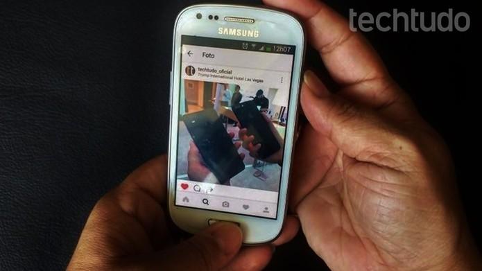 Aperte os dois botões juntos para fazer o screen shot no Galaxy S3 mini (Foto: Isabela Giantomaso/TechTudo)