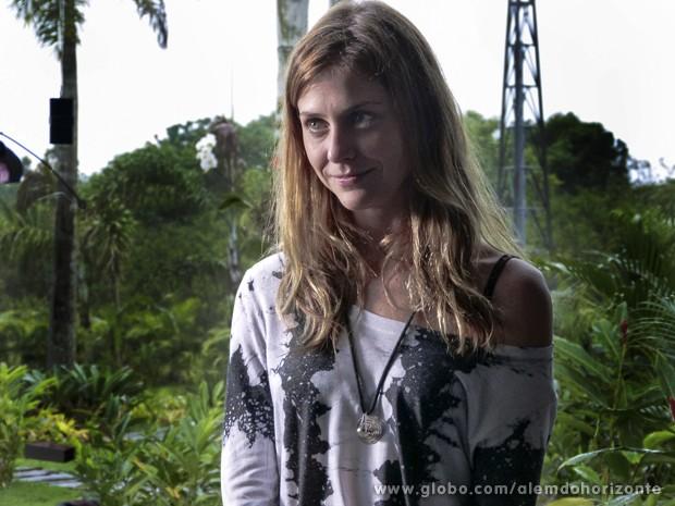 Paulinha esconde a decepção de trabalhar na escola da Comunidade (Foto: Além do Horizonte/TV Globo)