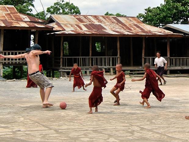 """Em Myanmar, Mayke teve que bater uma bolinha com mini-monges: """"Todo mundo acha que você é craque"""" (Foto: Arquivo Pessoal)"""