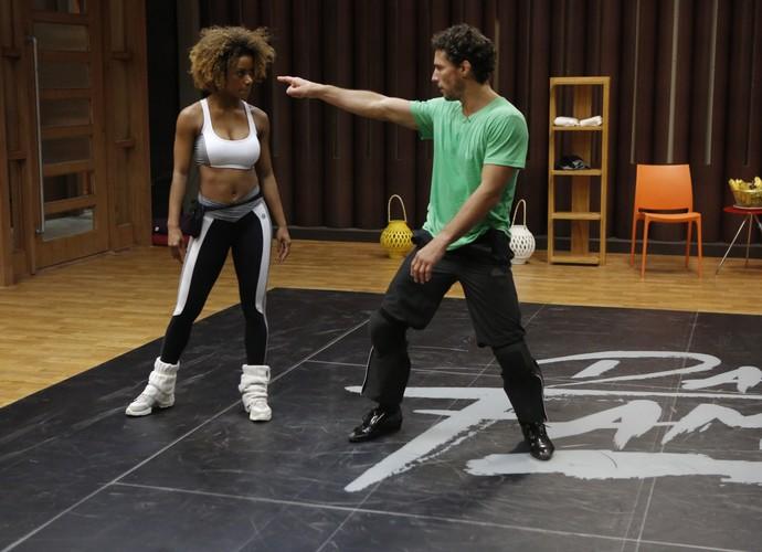 Nada de folga, Ivi, vamos ensaiar mais! (Foto: Fábio Rocha/Gshow)