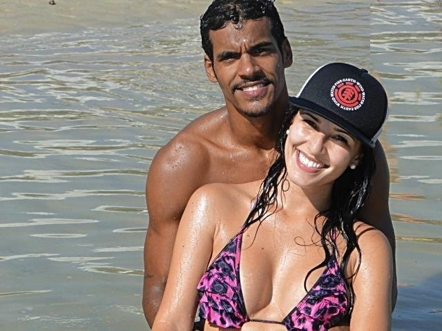 Marcello Melo Jr. e a namorada na praia  (Foto: Arquivo Pessoal)