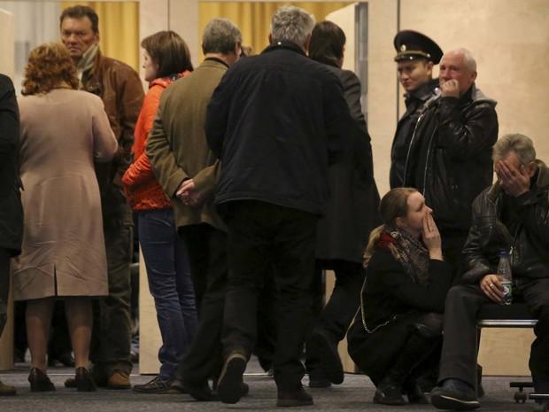 Familiares de vítimas da queda do avião se reúnem em hotel perto do aeroporto de Pulkovo, em São Petersburgo (Foto: REUTERS/Peter Kovalev)