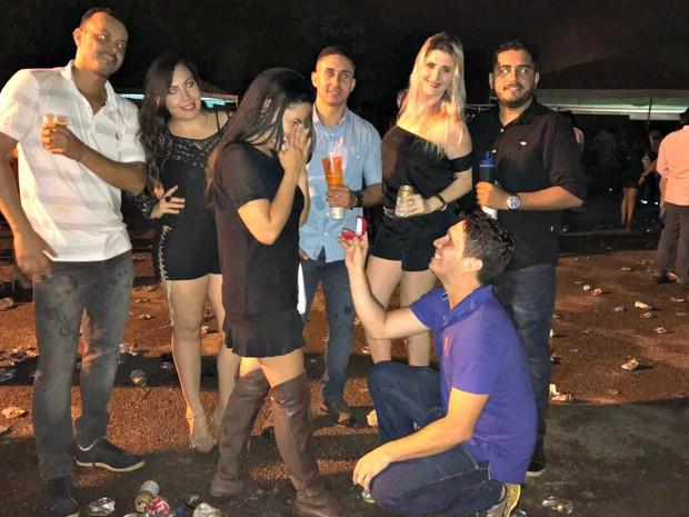 Empresário pediu namorada em casamento durante show de dupla sertaneja em Rio Branco com a ajuda de amigos (Foto: Arquivo pessoal)