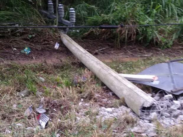 Veículo teria batido em poste antes de cair em rio (Foto: Anderson Natanael Vendrami)