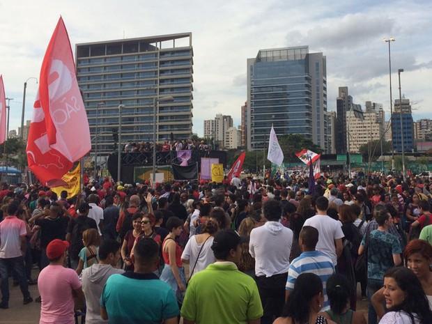 Manifestantes no Largo Batata (Foto: Gabriela Gonçalves/G1)