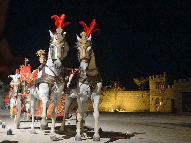 Cavalos puxam a biga que traz Poncio Pilatos (Foto: Luka Santos/G1)