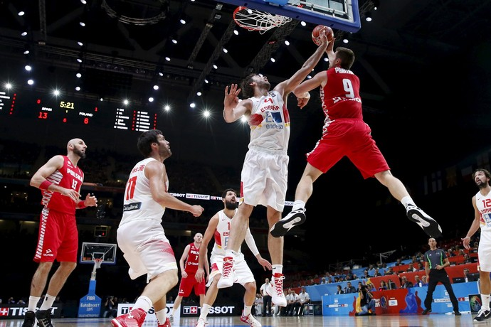 Cestinha com 30 pontos, Pau Gasol bloqueia o polonês Mateusz Ponitka (Foto: REUTERS/Benoit Tessier)